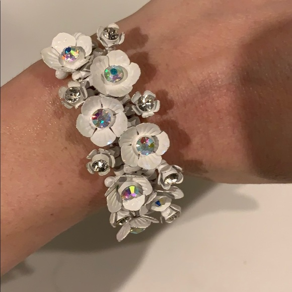 Jewelry - White stretchy bracelet with flowers and beads